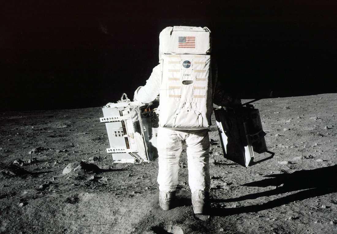 """Edwin """"Buzz"""" Aldrin bär vetenskaplig utrustning på månen under Apollo 11-expeditionen."""