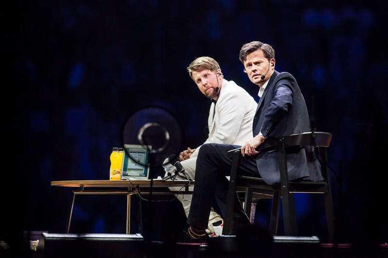 """Filip Hammar och Fredrik Wikingsson slog publikrekord när de spelade in sitt 200:e podcastavsnitt i Globen - inför 16 000 personer. Duon hade marknadsfört händelsen med att ingenting skulle spelas in. Men i kväll visas det på Kanal 5. """"Det är lite av ett i-landsproblem"""", säger Fredrik."""