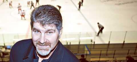 PÅ PLATS NHL-legendaren Ray Bourqe är i Sverige för att se sonen Ryan Bourque spela U18-landskamp i Nyköping.