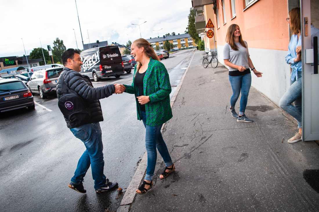 Linda Olofsson hälsar på en elev. Till höger Lina Hellström och Jessica Bergman vid ingången till lokalen i centrala Boden.