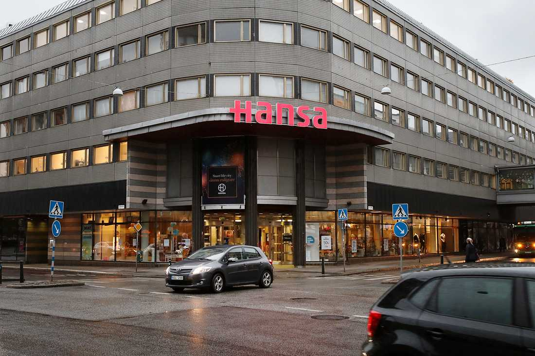 En kvinna 55-årsåldern dog efter att ha fastnat på en handikapptoalett på gallerian Hansa i Malmö.