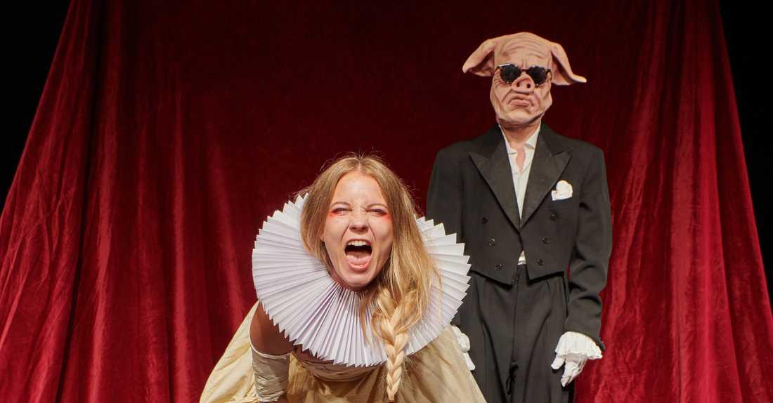 """Amanda Gordon och Johannes Lönnå i """"Cecilia Vasa"""" på Strindbergs Intima Teater."""