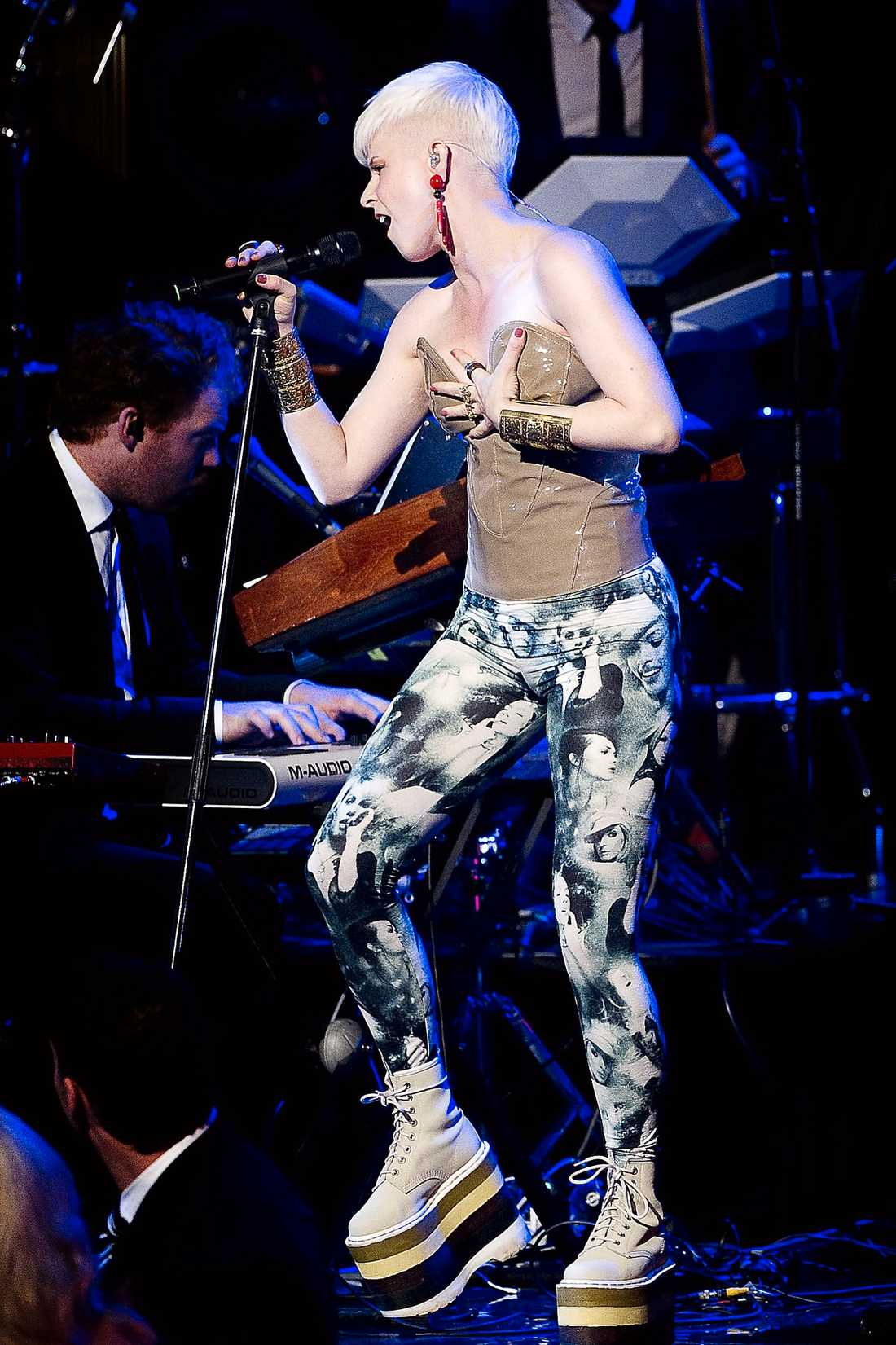 Robyn far omkring imed sina leggings.