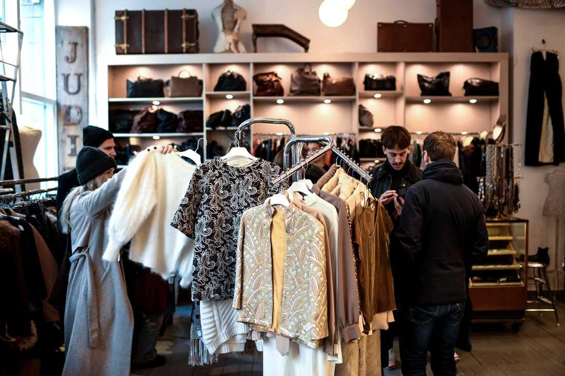 Använt, men ofta med högre kvalitet än nytillverkat. Men kanske kommer det bli svårare att få tag på kläder från 60-talet. Den generation som köpte de riktigt fint gjorda kläderna är på väg bort.