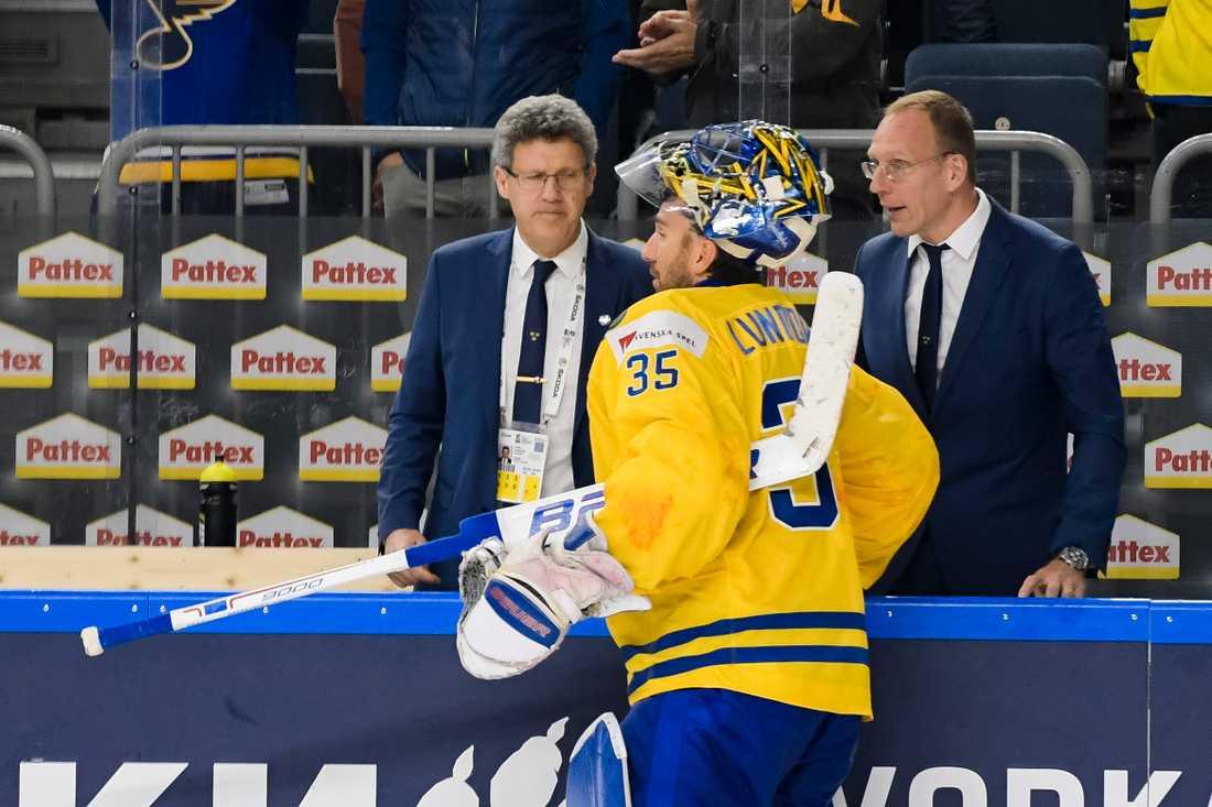 Putte Köhler under ishockey-VM 2017 tillsammans med Henrik Lundqvist och läkare Björn Waldebäck.