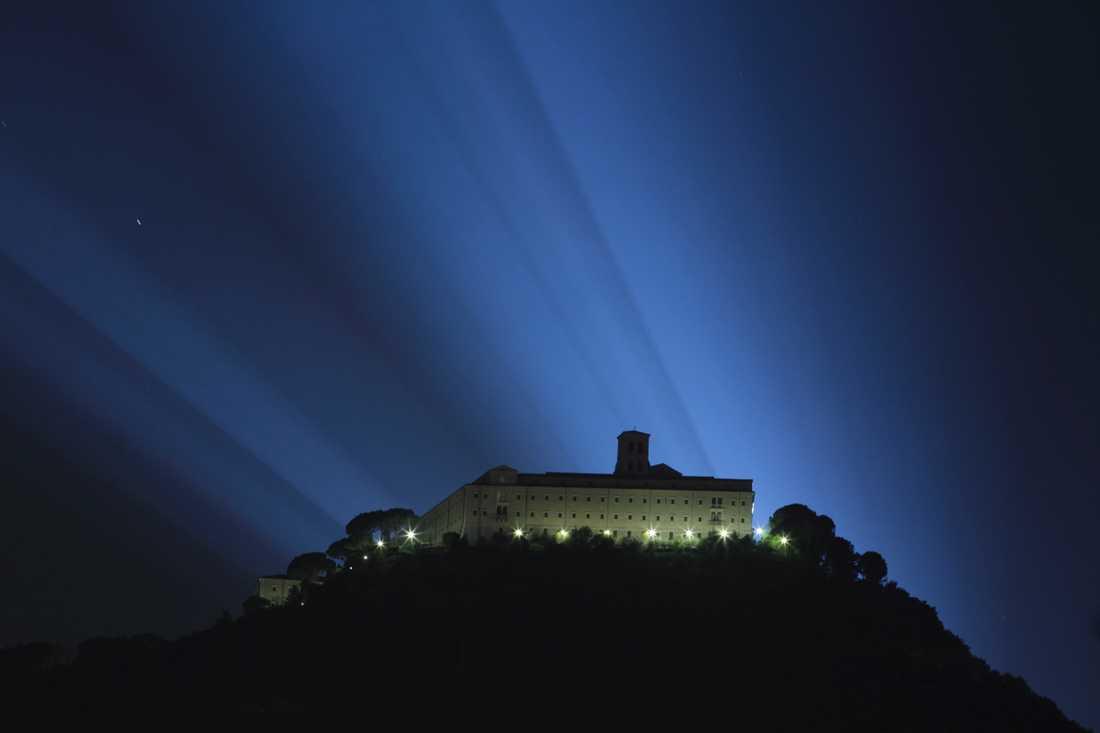 Högt upp på en klippa ligger Montecassino.