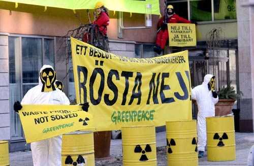 Ett 20-tal aktivister från Greenpeace hade ställt sig utanför SKB:s kontor för att visa sitt missnöje.
