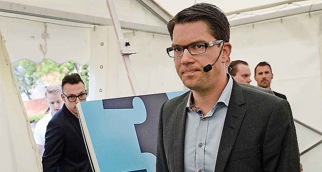 Jimmie Åkessons Sverigedemokraterna backar marginellt med 0,8 procentenheter.