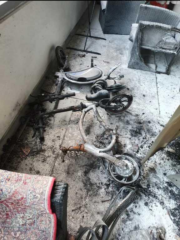 Elskotern började brinna på balkongen.