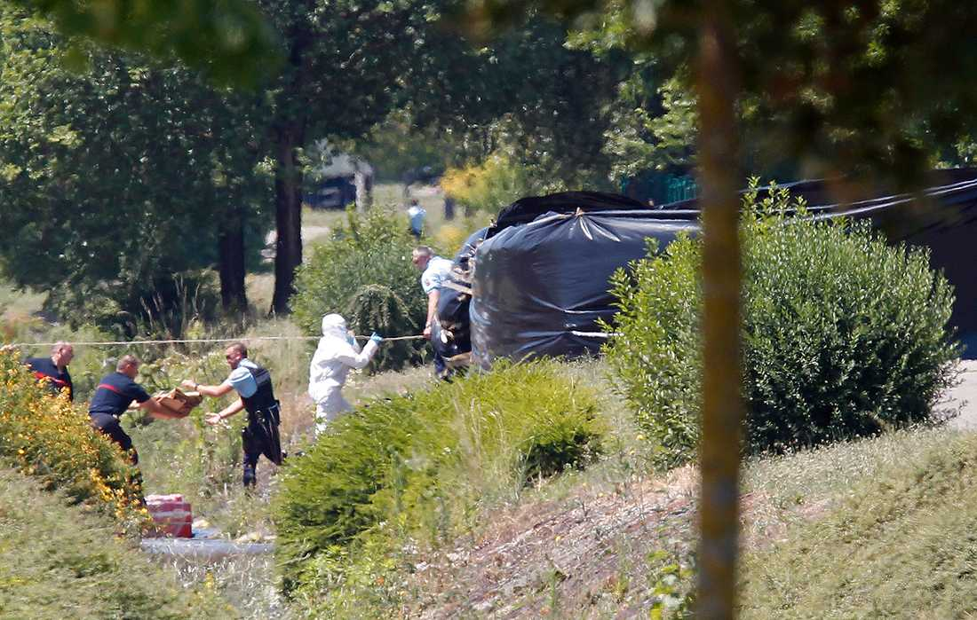 FRANKRIKE Franska kriminaltekniker efter attacken mot en gasfabrik.