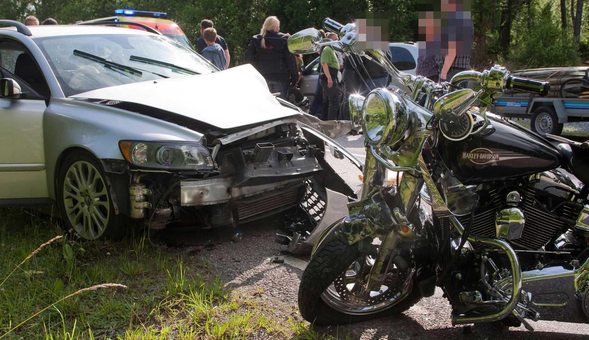 En man i 50-årsåldern avled på söndagen efter att han krockat med en bil norr om Lidköping. Han blev det åttonde dödsoffret i MC-trafiken i juli.