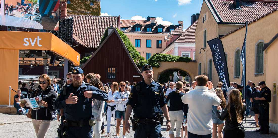 Polisens agerande under politikveckan i Almedalen borde utredas av en kriskommission.