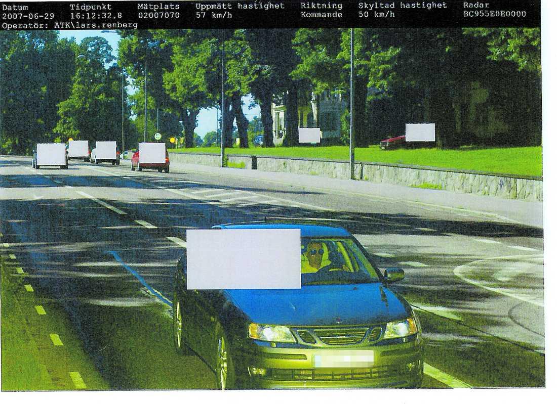 Nekar Den 29 juni 2007 fångade polisens fartkamera utanför Drottningholm Sten Byströms bil på bild. Bilen färdades i 57 kilometer i timmen – 7 kilometer för fort. De gråa rutorna har polisen lagt in för att dölja oskyldiga personer.