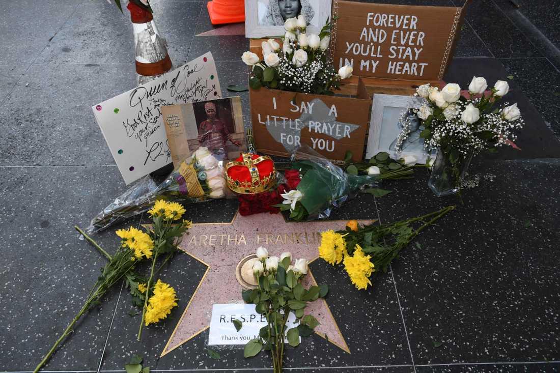 Fansens hyllningar på Aretha Franklins stjärna på Hollywood walk of fame.