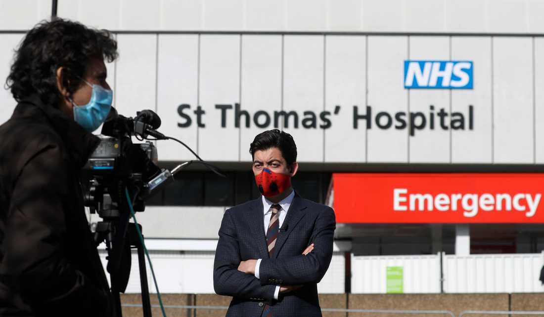 Tv-team från hela världen är på plats utanför sjukhuset S:t Thomas.
