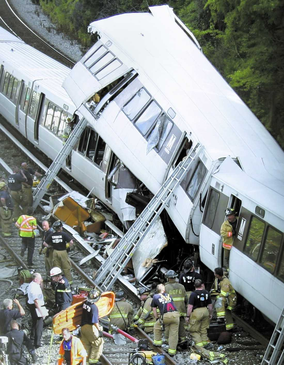 Många offer Kollisionen i Washingtons tunnelbana inträffade mitt i rusningstrafiken. Kraschen, som inträffade ovan jord, var så kraftig att det ena tåget hamnade ovanpå det andra. Räddningspersonal tvingades skära upp vagnarna för att ta sig in till de skadade passagerarna.
