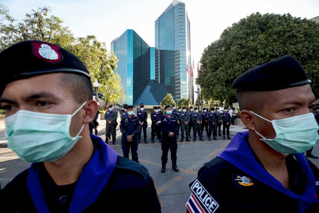 Polis har samlats utanför en bank i Bangkok, där den senaste av många protester har ägt rum.