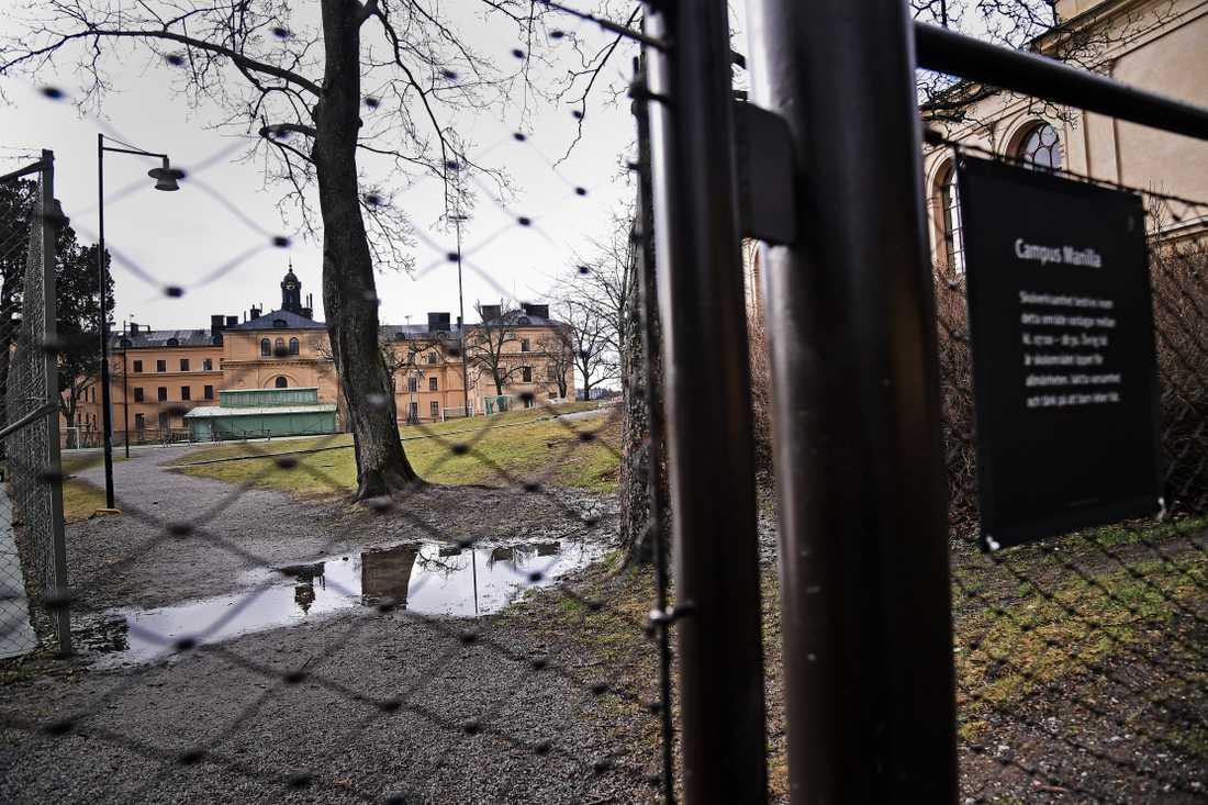 Campus Manilla, en friskola på Djurgården i Stockholm, håller stängt idag då en elev smittats med det nya coronaviruset.