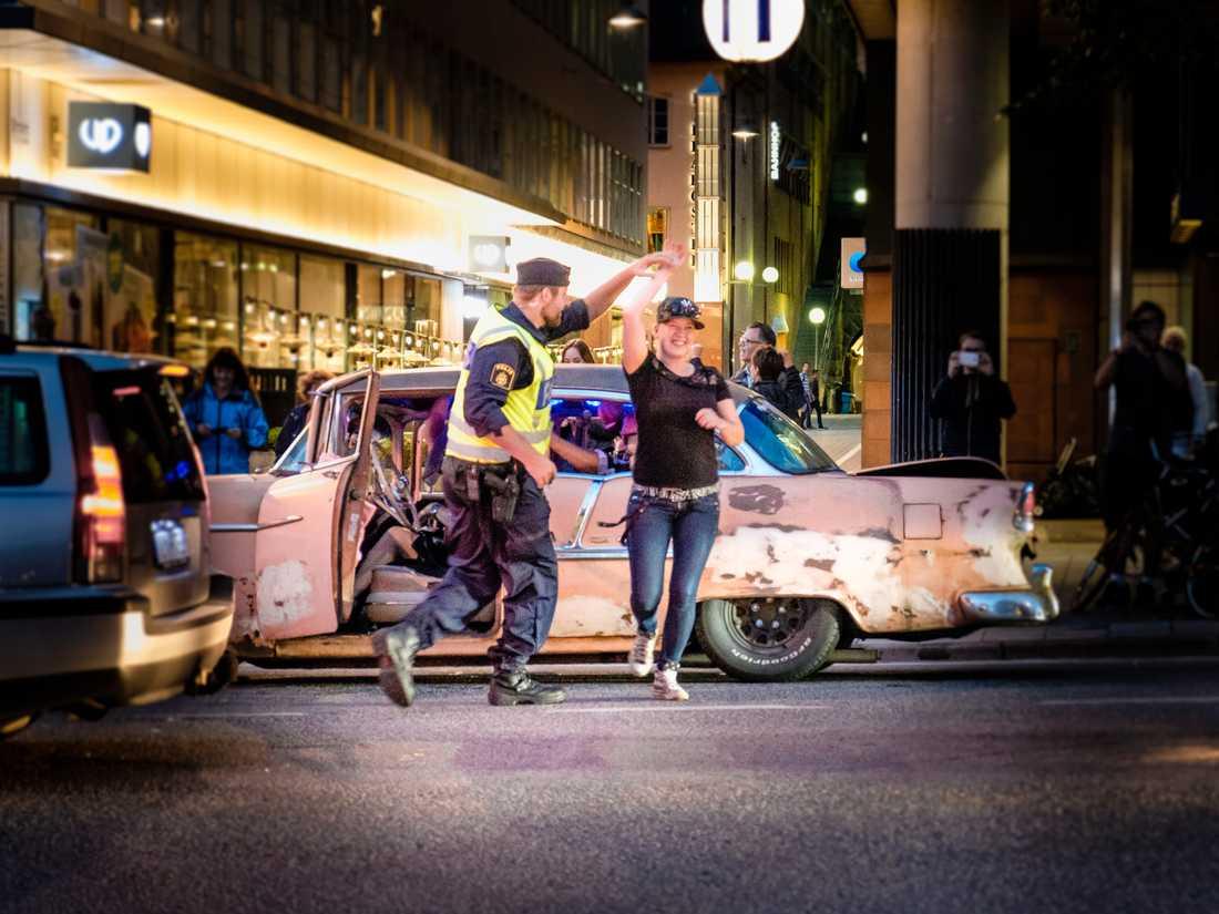 Här dansar Rinkebypolisen Anton Larsson och cruising-föraren Ronja Ferm.