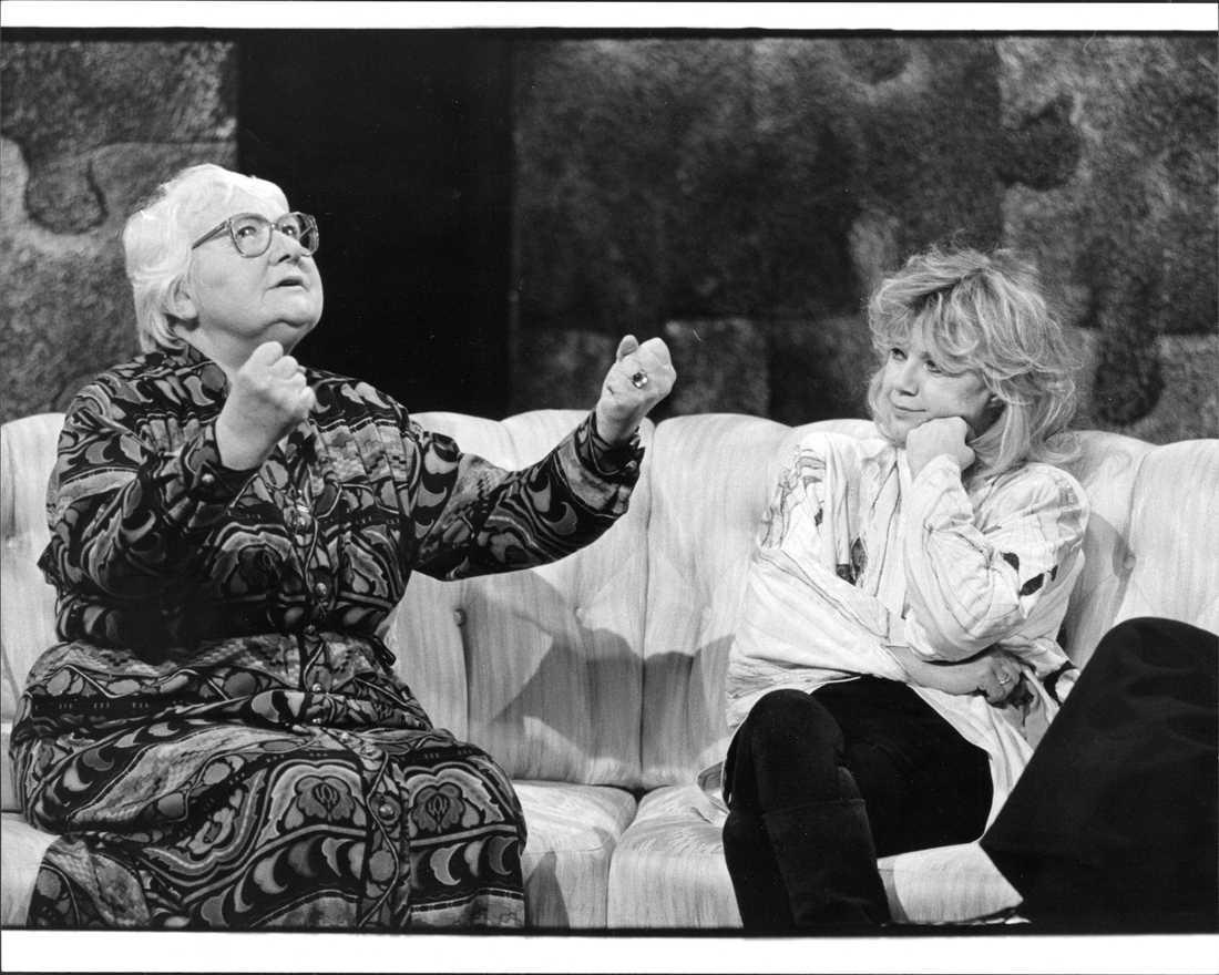 1987: Här är ditt liv I soffan med Lena Nyman.
