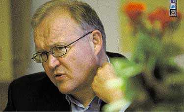 VISAR INTE RESULTAT Göran Persson och hans regering måste gå från ord till handling. Starka offentliga finanser räcker inte. Det krävs också en politik som berör människorna och förändrar samhället.