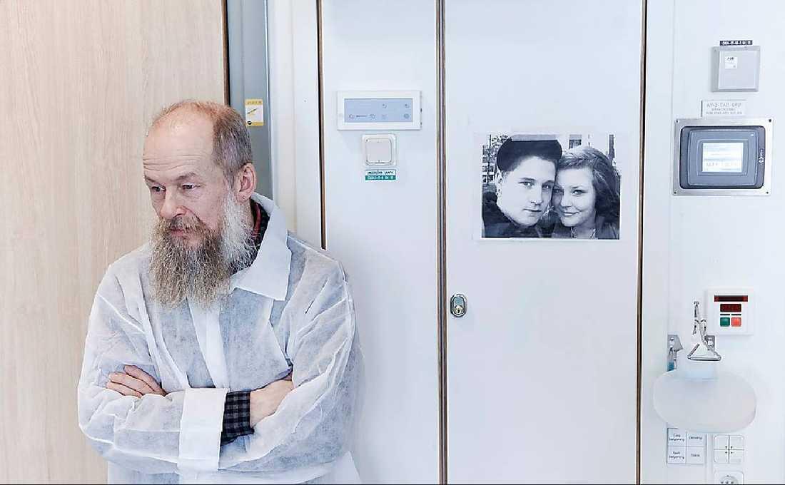 Pappa Arvid på sjukhuset i Uppsala. På väggen hänger en bild på Gustaf och flickvännen.