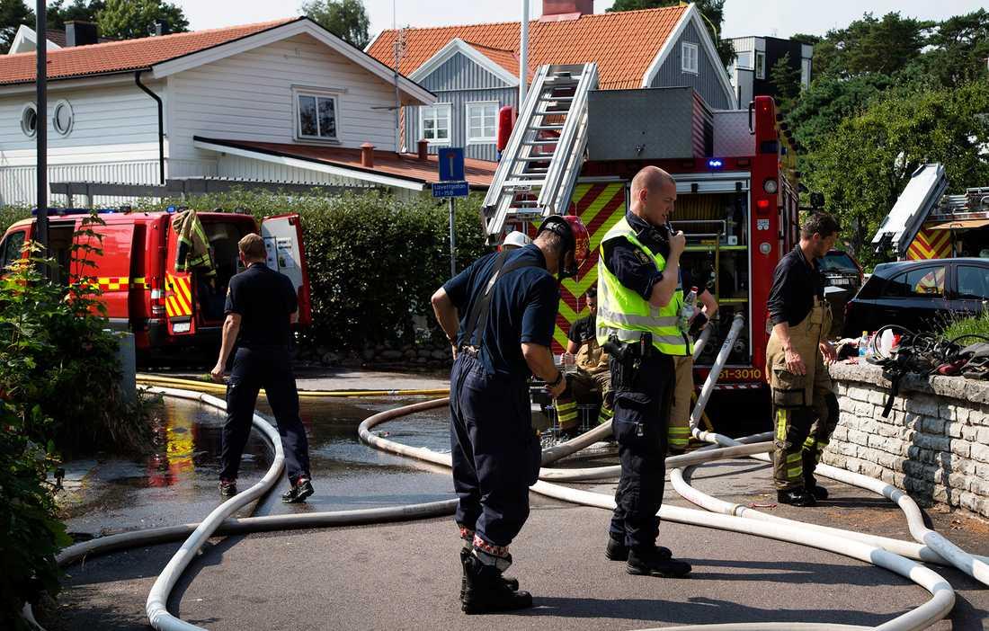 Räddningsarbete utanför det område i Långedrag där artisten Freddie Wadling bor. Wadling fördes på söndagen till sjukhus efter att en våldsam brand utbröt i hans villa. Han klarade sig  dock utan livshotande skador.