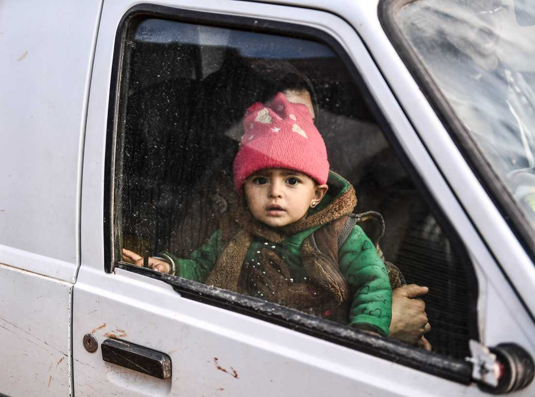 Ett barn flyr tillsammans med sin familj från Idlib. Bilden är från den 15 februari i år.