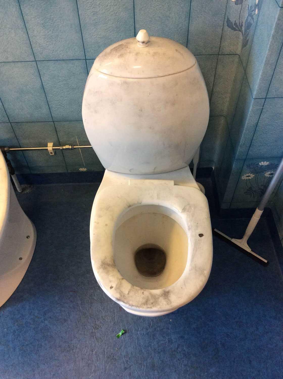 Här har polisen kollat efter fingeravtryck, vilket syns på hela toaletten.
