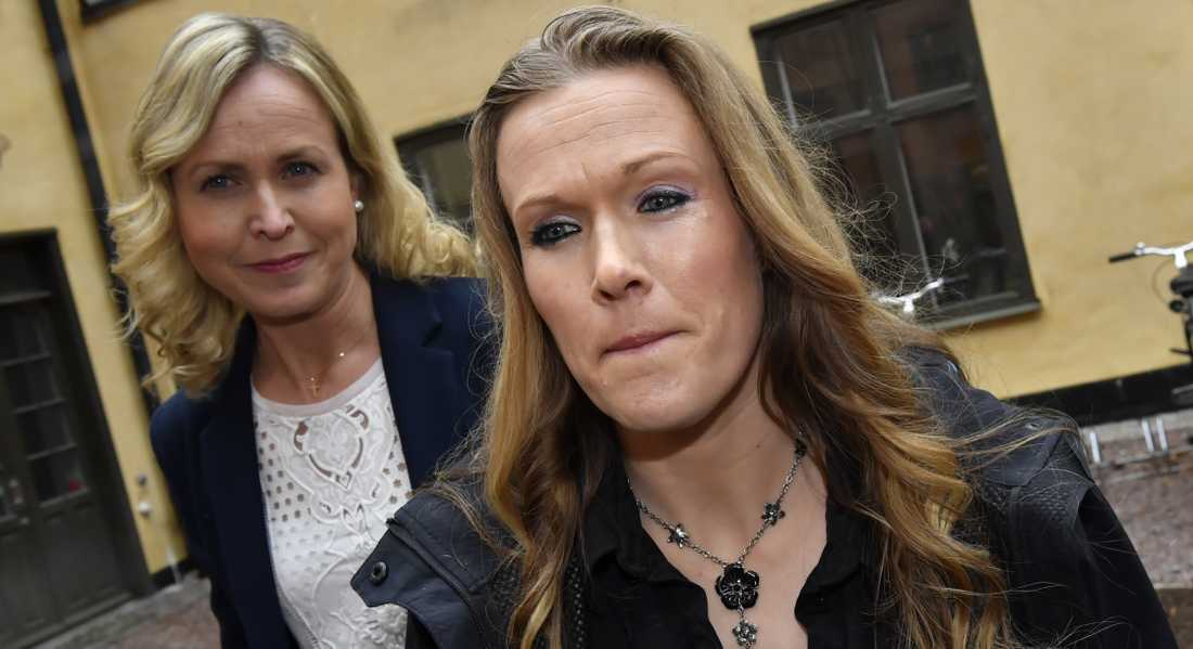 Barnmorskan Ellinor Grimmark med juridiska ombudet Ruth Nordström i bakgrunden.