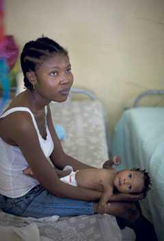 Jobbar I fattigare länder återgår kvinnor till sitt ofta slitiga arbete alltför tidigt, och när de drabbas av barnsängsfeber dör många.