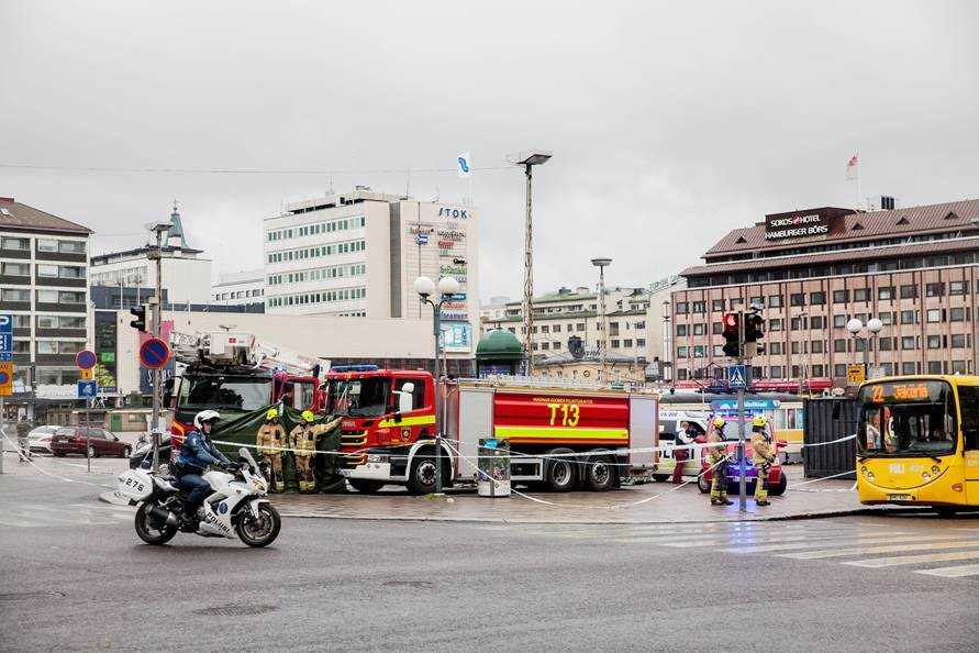 Poliser och räddningsfordon vid Salutorget i Åbo, där två personer höggs ihjäl i fredags.