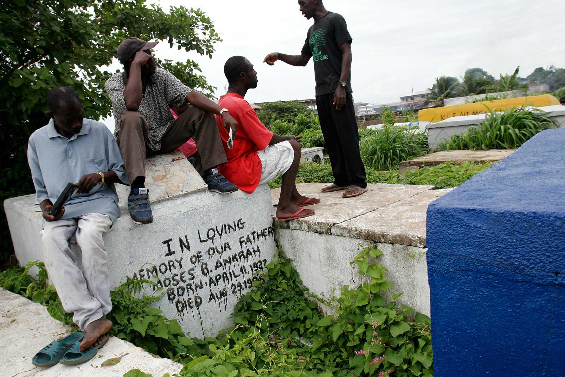 Gravgrävare i Liberias huvudstad Monrovia efter rättegången mot den före detta presidenten Charles Taylor, som Alieu Kosiahs gerilla Ulimo stred emot. Nu har de båda dömts för krigsbrott. Arkivbild.