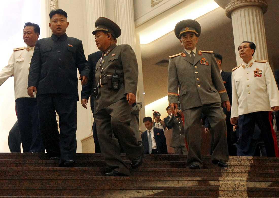 Kim Jong Un (andra till vänster) och hans farbror Jang Song-thaek (andra till höger). Trots släktbanden har Jang Song-thaek avsatts och tillhör inte längre den nordkoreanska eliten.