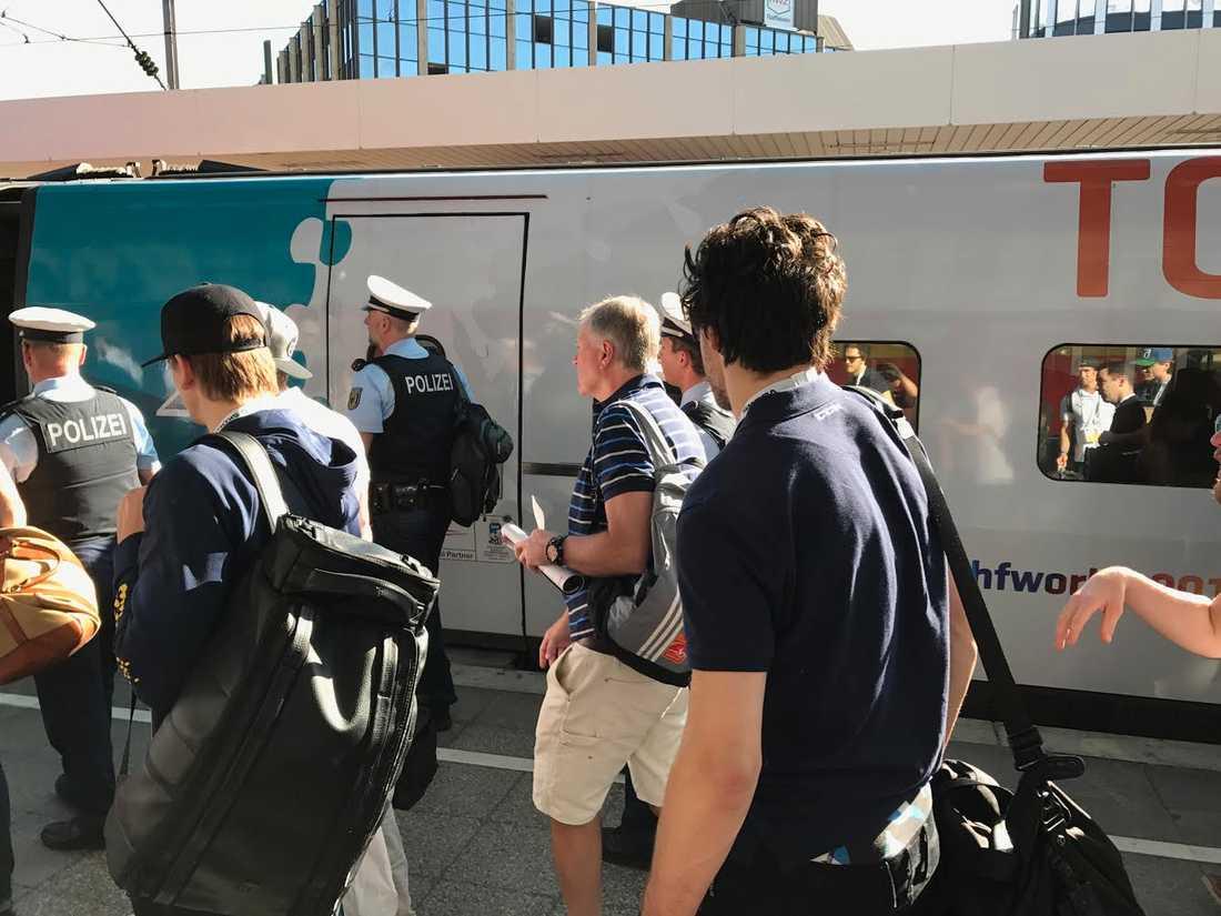 Stor polisstyrka på plats när Tre Kronor reser till Paris