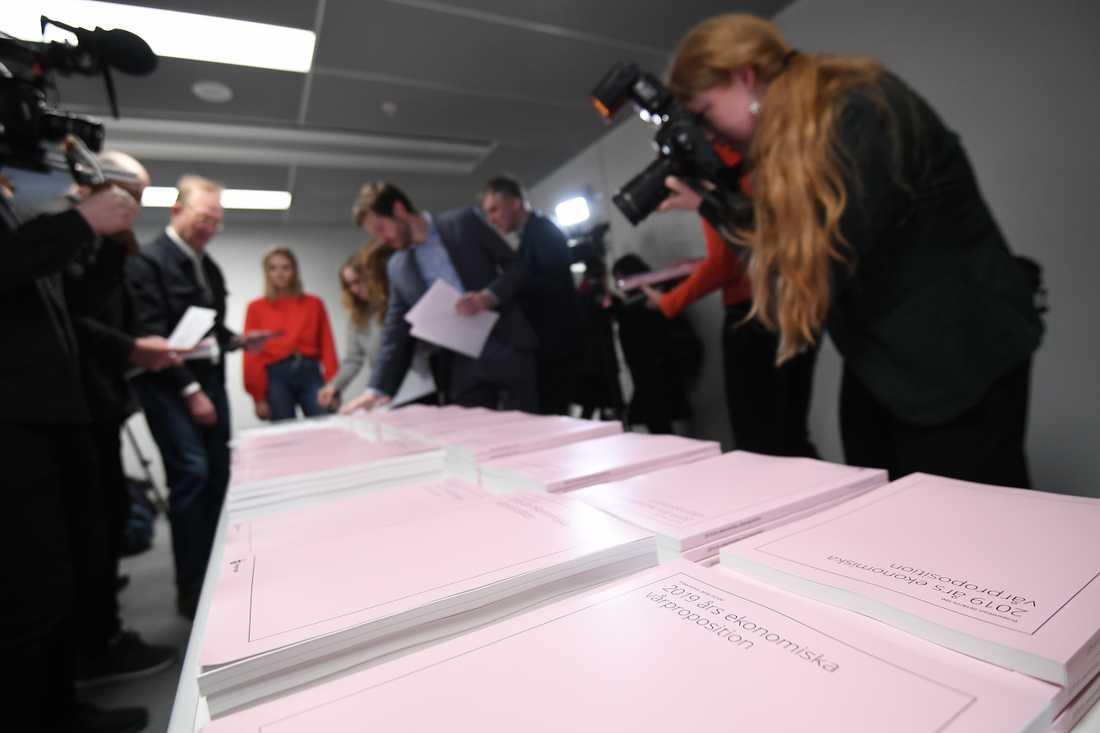 Socialdemokraterna och Miljöpartiet lägger på onsdagen fram det första resultatet av sitt budget- och regeringssamarbete med Centern och Liberalerna.
