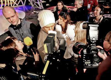 """fasaden spricker Carola vill inte svara på frågorna och kallar på sin presstaleskvinna för att avbryta intervjun, hon vänder sig också mot pressfotograferna och täcker kameralinserna med sina händer. Stian Armstad lämnar presskonferensen. Han är besviken: """"Jag tycker att det är så fegt."""""""
