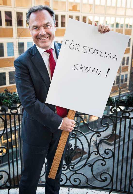 Jan Björklund ser vi sällan le och det ser lite ansträngt ut plus att första ordet är på gränsen till särskrivet. Utropstecken kanske hade passat bättre med en mer allvarlig Björklund.