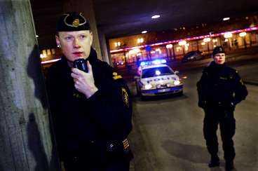 Ulf Rådbjer och kollegan Jenny Selander är ute och spanar i de södra delarna av Stockholm. Klockan är två på natten och det är 19 timmar kvar tills han ska döma matchen mellan Linköping och Modo i Stångebro ishall.