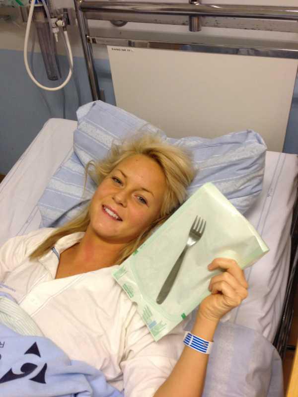 """""""Skrattar bara"""" Natali i sjukhussängen med gaffeln som gjorde att hon hamnade där. Men trots allt är hon på gott humör. """"Jag skrattar bara åt det liksom, det här helt sjukt faktiskt""""."""