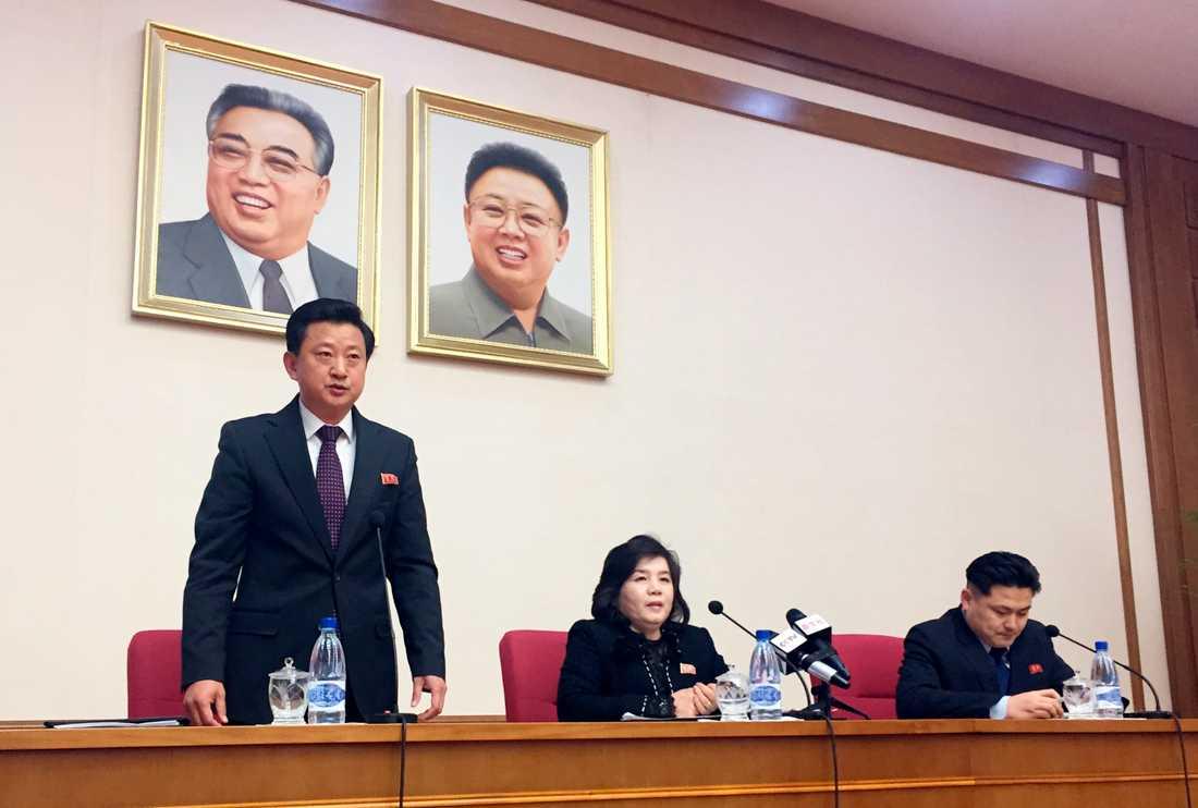 """Nordkoreas biträdande utrikesminister Choe Son-Hui, i mitten av bilden, har hållit en presskonferens i huvudstaden Pyongyang. Hon anklagar USA för ett """"gangsterlikt"""" beteende."""