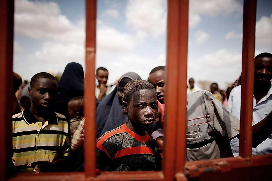 Flyktingar väntar utanför Dadaab-lägret i Kenya.