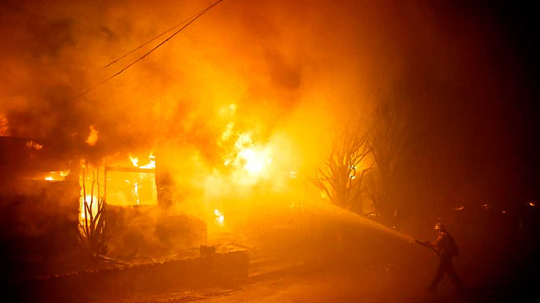 Skogsbränder rasar i Los Angeles-området.