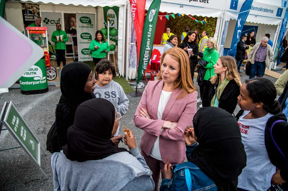 Annie Lööf i samspråk med några politikintresserade ungdomar.