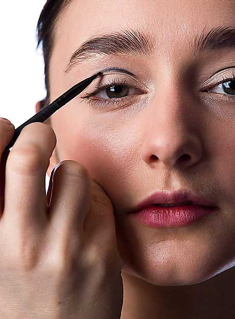 1. Dra en tunn linje längs globlinjen med en smal pensel i mindre modell och en svart ögonskugga.