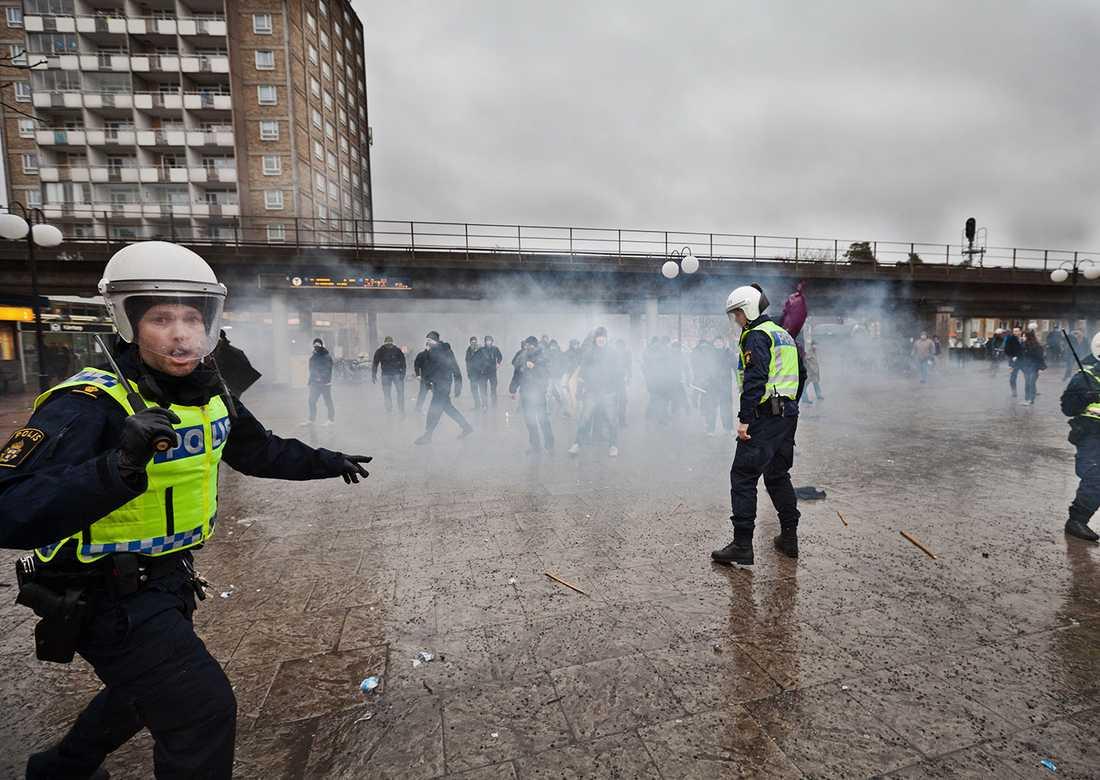 I förgrunden de underbemannade poliserna. Bakom syns gruppen med nazister.