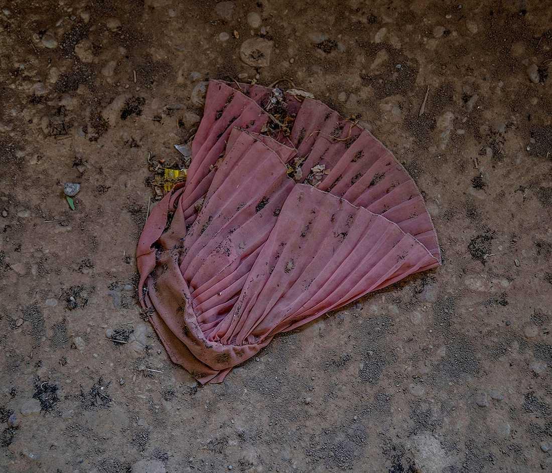 En rosa klänning på golvet i ett av husen.