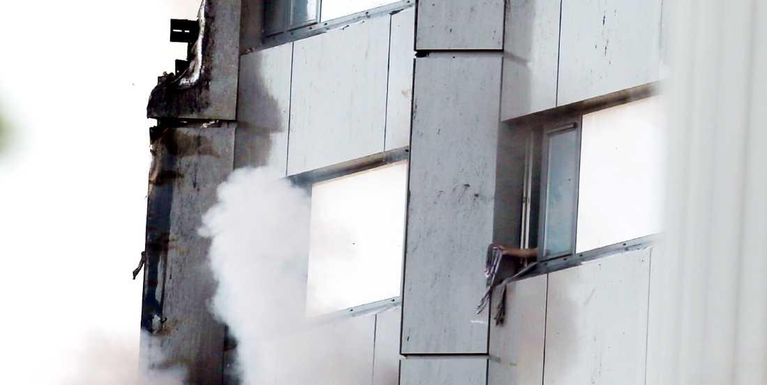 Vittnen berättade hjärtskärande om föräldrars desperata försöka att rädda sina barn genom att slänga ut dem genom fönstren.