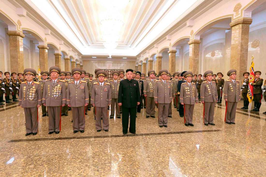 Nordkoreas ledare Kim Jong Un besöker Solpalatset för att hedra förre ledaren Kim Jong Ils födelsedag.  Bilden släpptes av den officiella Nordkoreanska nyhetsbyrån KCNA på söndagen.