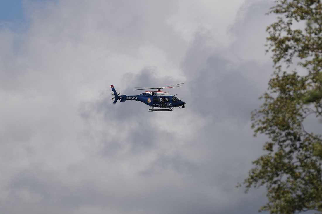 En helikopter söker efter den försvunna kvinnan.